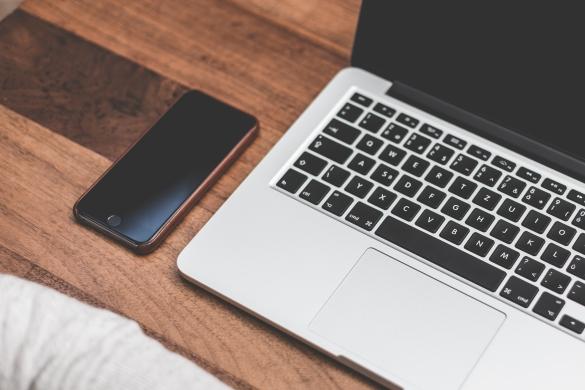 minimalists-working-setup-smartphone-and-laptop-picjumbo-com